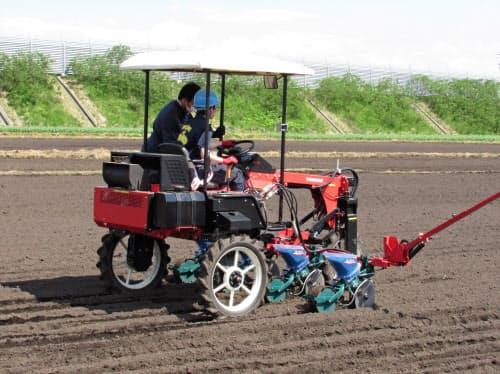 青森県立三本木農業高校の生徒が農業機械で大豆の種まきを体験した(十和田市の十和田アグリの農場)