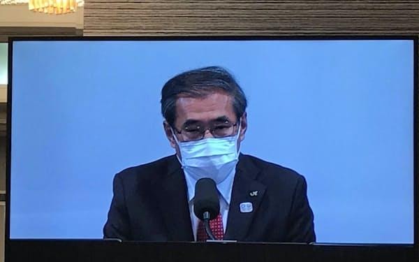 JR東の深沢社長は経営体質の抜本的な見直しに取り組むとした(23日、株主総会のモニター画面)