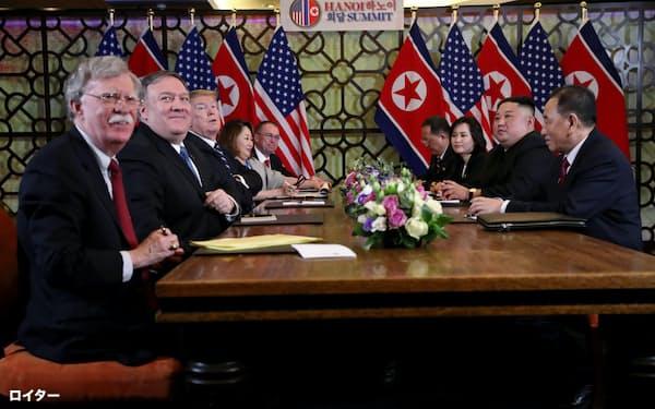ボルトン前大統領補佐官(左)は米朝首脳会談に関与した(ハノイの2回目の会談)=ロイター