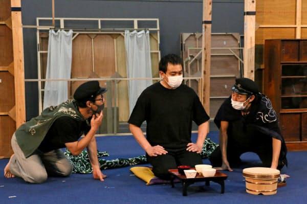 「人間合格」のけいこ。俳優もマスクを着けている。中央が太宰(津島修治)役の青柳翔、ほかの2人は友人役で左は伊達暁、右は塚原大助=宮川舞子撮影