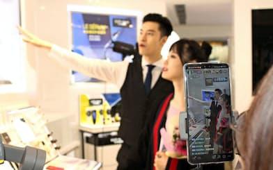TikTokを通じて生中継で商品を紹介し、ネットで販売する(6日、上海市内の百貨店)