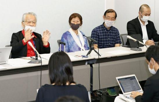 記者会見する原告ら(23日、大阪市)