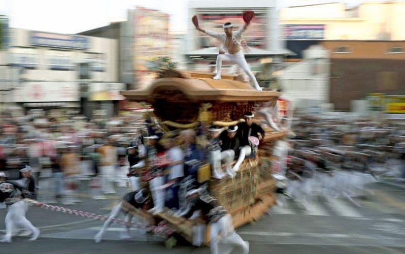 街中を豪快に駆け巡るだんじり(2019年9月、大阪府岸和田市)=共同