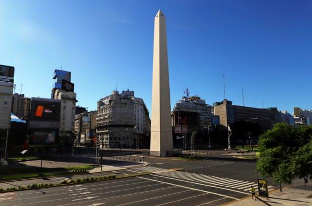 新型コロナに伴う外出禁止令で人がいないブエノスアイレス中心部(3月23日)=ロイター
