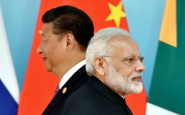 新興5カ国(BRICS)会議に出席した中国の習近平国家主席(左)とインドのモディ首相(2017年9月、中国・アモイ)=ロイター