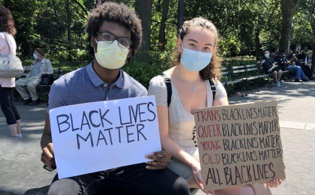 10代で黒人と白人の友人同士が参加するケースも(19日、ニューヨーク)