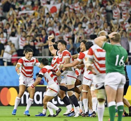 ラグビーW杯1次リーグのアイルランド戦に勝利した日本代表。訪日客の旺盛な消費も経済効果を押し上げた=共同