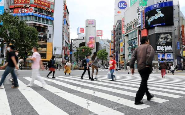 緊急事態宣言で週末でも人通りが少ない渋谷のスクランブル交差点(5月10日、東京都渋谷区)