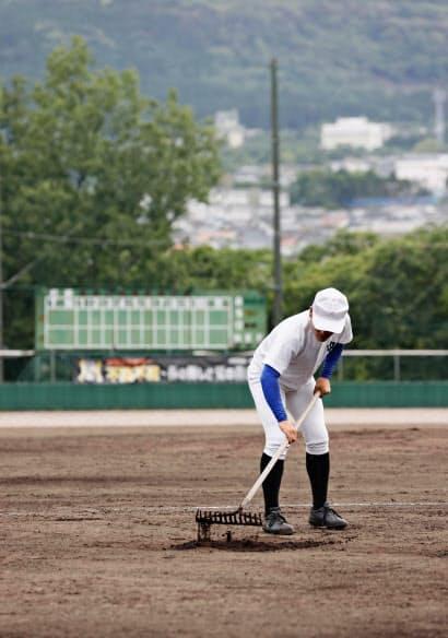 夏の甲子園大会は中止に(中止の連絡を受けた日の練習後、グラウンドを整備する野球部員)