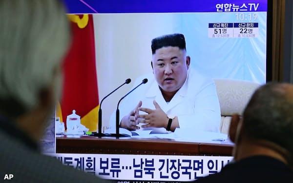 北朝鮮情勢のニュースに見入る韓国の市民(24日、ソウル駅)=AP