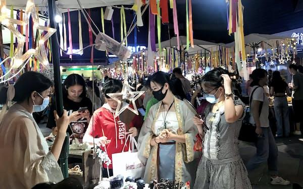四川省成都市の屋台では漢服のアクセサリーが人気だ