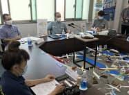 8月までの見通しを発表した沖縄観光コンベンションビューローの下地芳郎会長(中)(24日、那覇市内)