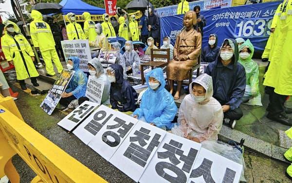 保守団体の集会場所を不法占拠する学生グループ(24日、ソウルの日本大使館前)
