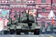 24日、モスクワの「赤の広場」での軍事パレード=ロイター