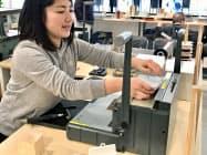 店舗内でオリジナルノートを製作する(香川県琴平町)