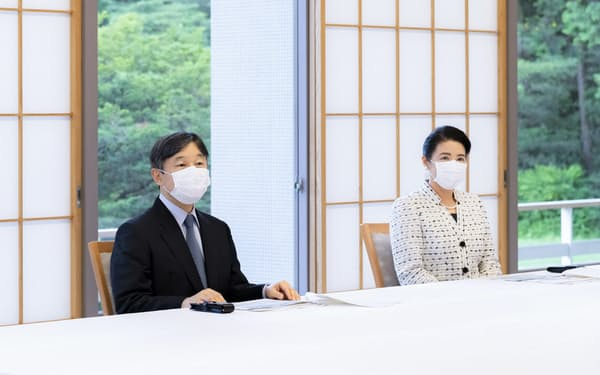介護関係者から新型コロナウイルスの影響などについて説明を受ける天皇、皇后両陛下(23日、赤坂御所)=宮内庁提供