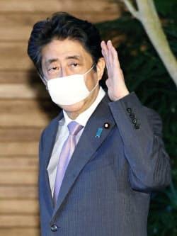 国家安全保障会議4大臣会合後、首相官邸を出る安倍首相(24日)=共同