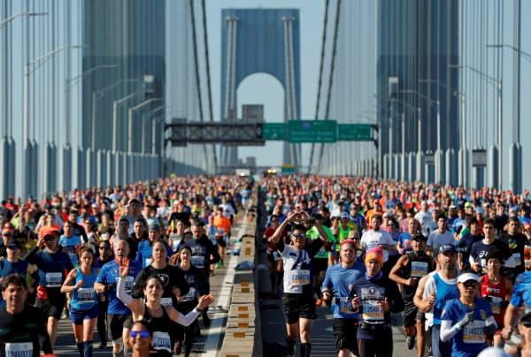 昨年は約5万4千人が完走した(19年11月、ニューヨーク)=ロイター