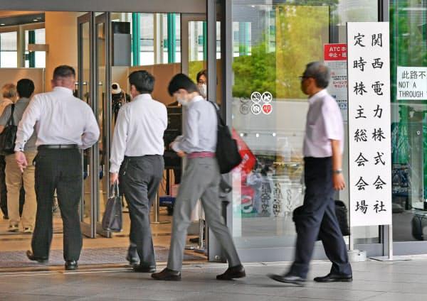 関西電力の株主総会会場に向かう株主ら(25日午前、大阪市住之江区)
