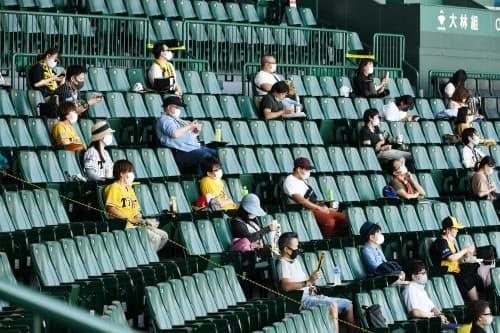 隣と3~5席空けて座る観客。雑談もなかなかしにくい