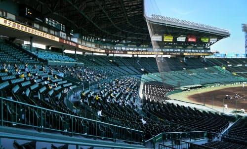 阪神ーオリックスの2軍の試合で、間隔を空けて試合を観戦する人たち(23日、兵庫県西宮市の甲子園球場)