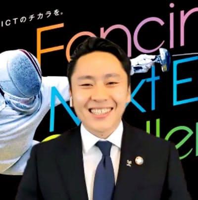 オンライン形式の記者会見で笑顔を見せる日本フェンシング協会の太田雄貴会長(25日午前)=共同
