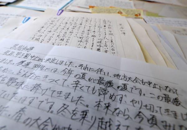 神奈川県の黒岩祐治知事に送られた、県内の野球部員たちの約300通の手紙。神奈川県での代替大会開催を求めて直筆で思いが書かれていた。各高校の手紙のとりまとめ役を担った慶応義塾高校野球部の森林貴彦監督は「何もしないで待っているより、主体的に何かできないかと他チームの監督や選手たちと議論した。少しでも代替大会の開催にプラスに働いたのならうれしい」(15日、横浜市中区)