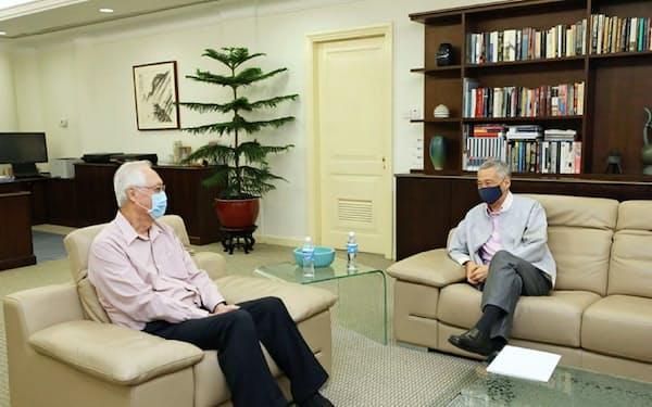 ゴー・チョクトン前首相(左)は25日までに、リー・シェンロン首相に政界引退の意向を伝えた(リー氏のフェイスブックページより)