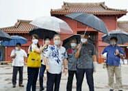 首里城を視察する沖縄県の玉城デニー知事ら(25日午後、那覇市)=共同