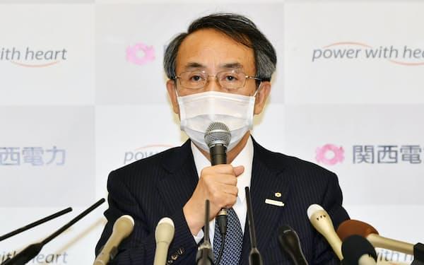 株主総会後、記者会見する関西電力の森本社長(25日、大阪市)