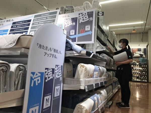冷感素材を使った寝具の販売も好調だった(東京都内のニトリの店舗)