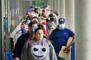 米失業保険の申請手続きを待つ労働者ら(6月18日、米ケンタッキー州)=ロイター