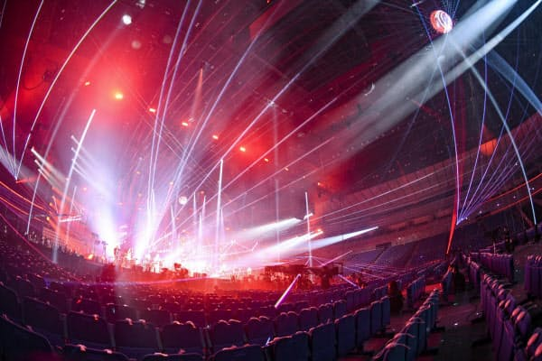 普段は観客のいる客席にも照明を配置するなど、無観客を逆手にとった演出が際立った=岸田 哲平撮影