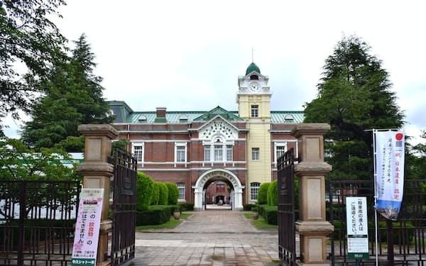 牛久シャトーは「祝 日本遺産認定」ののぼりが立てられるなど祝賀ムードに包まれた(茨城県牛久市)
