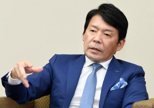 つじもと・はるひろ 1964年大阪府生まれ。87年大阪商業大商経卒、カプコン入社。97年取締役、2006年副社長を経て07年から現職。創業者である辻本憲三会長の長男。ゲームソフトの開発とマーケティングを一体化する組織改革を主導した。日本eスポーツ連合では理事も務める。