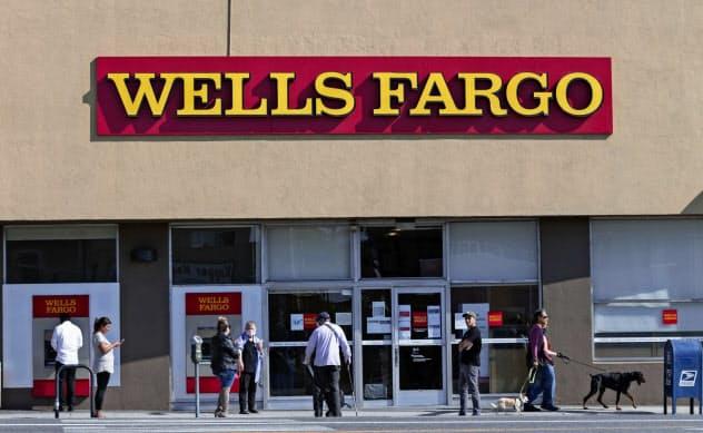 米当局は金融機関に対する規制の一部緩和と株主配分の一時的な制限を発表した(米銀大手ウェルズ・ファーゴの店舗)=AP