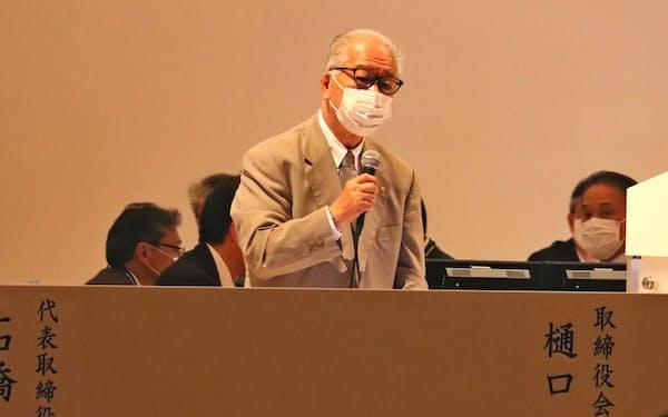 退任のあいさつをする樋口会長(26日午前、大阪市内)