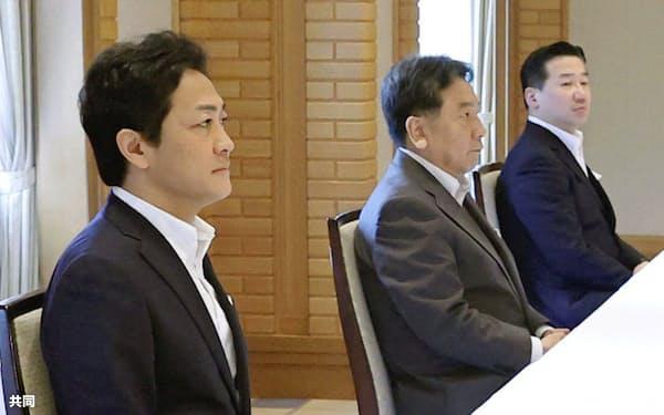 連合会長との会談に臨む(左から)国民民主党の玉木代表、立憲民主党の枝野代表ら(26日午前、東京都内のホテル)=共同