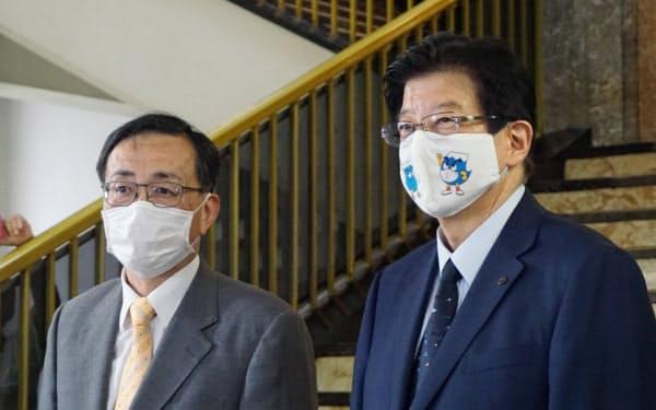 初の会談に臨むJR東海の金子慎社長(左)と静岡県の川勝平太知事(26日、静岡県庁)