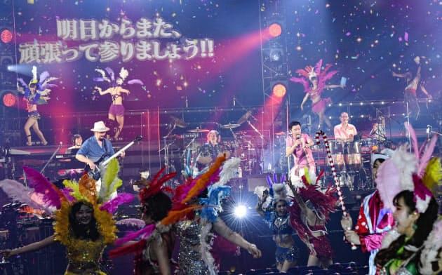 終盤はサンバダンサーが客席に登場し、熱狂的な演奏を繰り広げた=岸田哲平撮影
