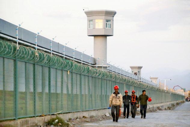 中国新疆ウイグル自治区の「職業教育訓練センター」には強固なフェンスが設置されている(2018年9月)=ロイター・共同