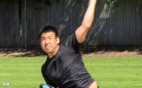 25日、シアトルの自宅近くのグラウンドで練習するマリナーズ・菊池=共同