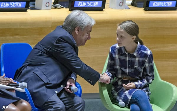 グレタ・トゥンベリさん(右)もSNSを巧みに利用して地球温暖化防止運動を世界中に広めた=AP