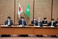 指定廃棄物の市町長会議に出席した石原環境副大臣(前列中央左)と福田知事(同右)