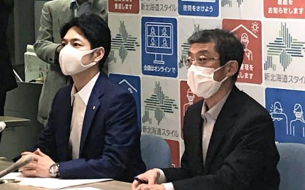 新北海道スタイル推進協議会の会長についた鈴木直道知事(左)(26日、北海道庁)