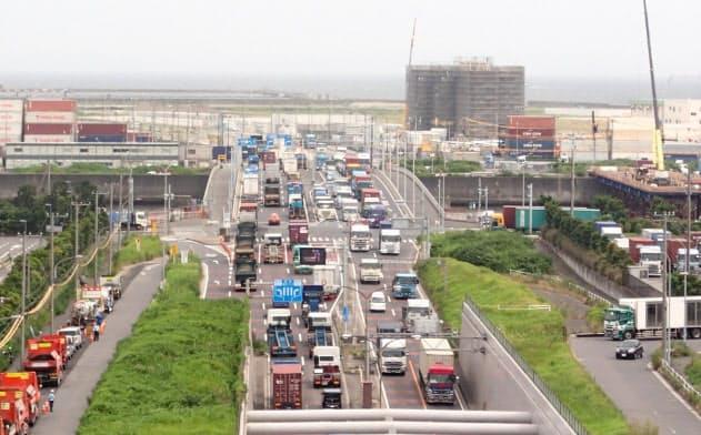 南北線の開通前、青海縦貫線は渋滞が常態化していた(2017年)