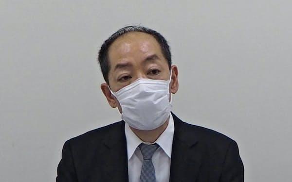 26日のフィーチャ株は初値を付けた後、不安定な値動きだった(24日、会見する脇健一郎社長)