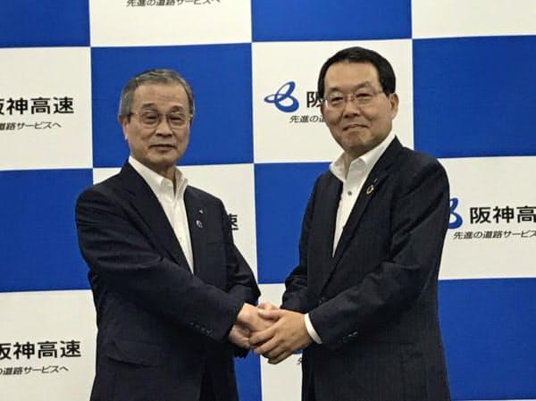 阪神高速道路の社長に就任した吉田氏(右)と、退任した前社長の幸和範氏(26日、大阪市)