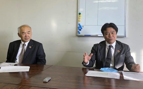 記者会見する腹巻取締役(右)と国井社長(26日、神戸市)