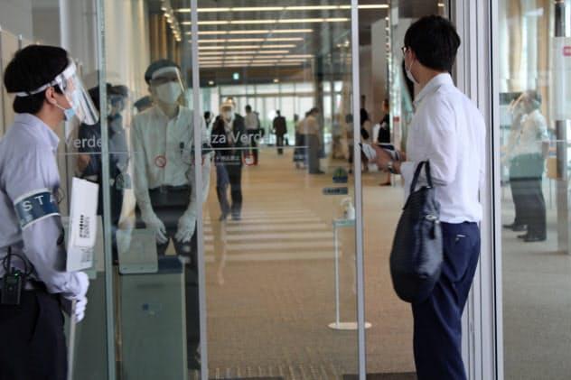 総会へと向かう株主。新経営陣らの選任など3議案を提示した(静岡県沼津市、26日)